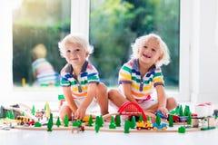 Dziecko sztuka z zabawka pociągiem Żartuje drewnianą kolej obraz stock
