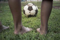 Dziecko sztuki futbol stary szczęśliwy dotyka futbol Zdjęcie Royalty Free