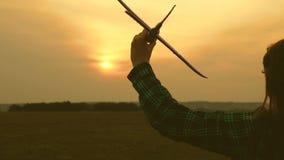 dziecko sztuki zabawki samolot Dziewczyny marz? latanie i zosta? pilotem swobodny ruch Szcz??liwy dziewczyn siostr bieg z zabawk? zdjęcie wideo