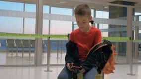 Dziecko szuka najlepszy strzały robić na wycieczce zbiory