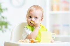 Dziecko target868_1_ zdrowego jedzenie obraz stock