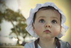 Dziecko target273_0_ przy niebo Obrazy Stock