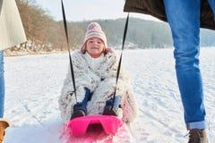 Dziecko tobogan na śniegu lub sledding Zdjęcia Royalty Free