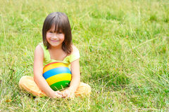 dziecko trawa siedzi Zdjęcie Royalty Free