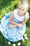 Dziecko tropił na Wielkanocnym jajku w kwitnącym wiosna ogródzie Fotografia Royalty Free