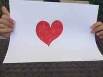 Dziecko trzyma czerwonego serce Fotografia Royalty Free