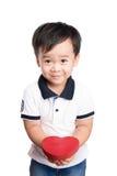 Dziecko trzyma czerwonego serce, odosobniony biel ściany tło Pozytywne ludzkie emocje, uczucia, postawa, życia postrzeganie, twar fotografia royalty free