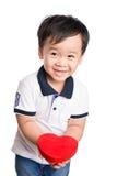 Dziecko trzyma czerwonego serce, odosobniony biel ściany tło Pozytywne ludzkie emocje, uczucia, postawa, życia postrzeganie, twar fotografia stock