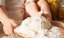 Dziecko trzyma drewnianego stojaka z ciastem obrazy royalty free