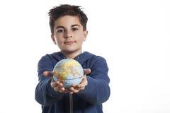 Dziecko trzyma małą kuli ziemskiej planetę Obraz Royalty Free
