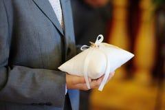 Dziecko trzyma poduszkę z obrączkami ślubnymi Obrazy Royalty Free