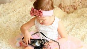 Dziecko trzyma retro kamerę w rękach zbiory