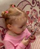 Dziecko trzyma smartphone zdjęcia stock