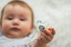 Dziecko trzyma sutka zdjęcie royalty free