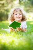 Dziecka mienia eco dom obraz stock