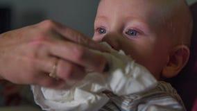 Dziecko twarz ono czyści z papierowym ręcznikiem zdjęcie wideo