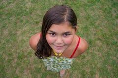 Dziecko twarzy uśmiechnięta dziewczyna strzelał od above perspektywy w trawie Fotografia Royalty Free