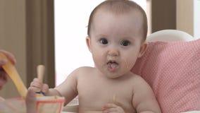 Dziecko uśmiecha się owsiankę i je zbiory wideo