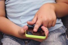 Dziecko używa mobilnego mądrze telefon Zdjęcia Royalty Free
