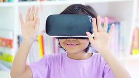Dziecko używa rzeczywistość wirtualna gogle w bibliotece zbiory wideo
