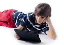 Dziecko używa pastylka komputer obrazy royalty free