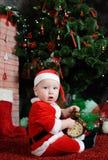 Dziecko ubierający jako Święty Mikołaj trzyma zegarowego alarm dresse Obraz Royalty Free