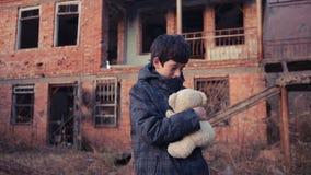 Dziecko uchodźcy przeciw tłu bombardujący domy Wojna zbiory