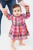 Dziecko uczenie chodzić Fotografia Royalty Free