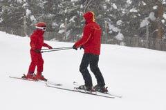 Dziecko uczenie dlaczego narta z instruktorem sport na ?nieg na zim? fotografia royalty free