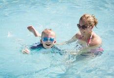Dziecko uczenie pływać Obrazy Royalty Free