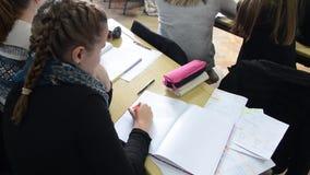Dziecko uczenie w szkole podstawowej Ucznie ćwiczy, pisze i dyskutuje w sali lekcyjnej, Dzieciaki Studiuje W sala lekcyjnej e zdjęcie wideo