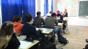 Dziecko uczenie w szkole podstawowej Ucznie ćwiczy, pisze i dyskutuje w sali lekcyjnej, Dzieciaki Studiuje W sala lekcyjnej e zbiory