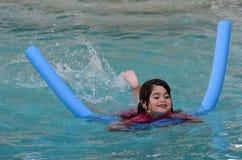 Dziecko uczy się pływać Zdjęcie Royalty Free