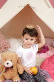 Dziecko Udaje sztukę: Princess korona i Teepee namiot Obrazy Stock