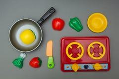 Dziecko ustawiający zabawki bawić się szefa kuchni obraz stock