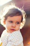 Dziecko w świetle słonecznym przyglądającym z powrotem zdjęcie stock