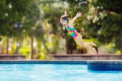 Dziecko w basenie na zabawka pierścionku Dzieciaka pływanie obrazy royalty free