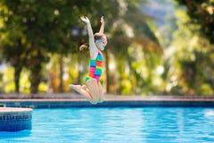 Dziecko w basenie na zabawka pierścionku Dzieciaka pływanie obrazy stock