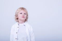 Dziecko w białym studiu obrazy royalty free