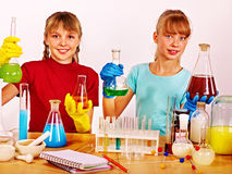 Dziecko w chemii klasie zdjęcia royalty free