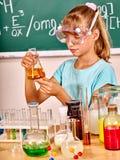 Dziecko w chemii klasie obraz royalty free