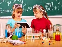 Dziecko w chemii klasie zdjęcie stock
