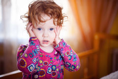 Dziecko w czerwonej sukni z zdziwienia spojrzeniami Fotografia Stock