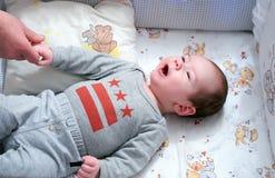 Dziecko w dziecięcym łóżku Obrazy Royalty Free