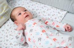 Dziecko w dziecięcym łóżku Zdjęcia Stock