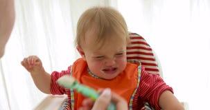 Dziecko w dziecka siedzenia płaczu podczas gdy jedzący zdjęcie wideo