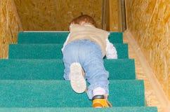 Dziecko w górę schodków w domu Zdjęcie Royalty Free