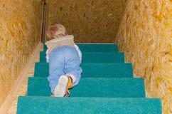 Dziecko w górę schodków w domu Fotografia Stock