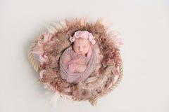 Dziecko w hairband, zawijającym w szaliku, topview Zdjęcia Royalty Free