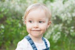 Dziecko w jabłczanym okwitnięcie ogródzie w świetle słonecznym Śliczna szczęśliwa lato blondynów dziewczyna Obraz Stock